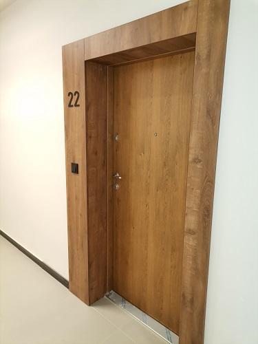 drewniane drzwi do mieszkania