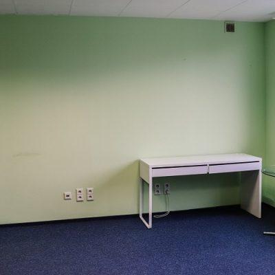 stoliki pod ścianą