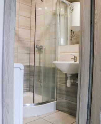 umywalka przy prysznicu