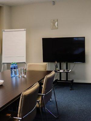 sala konferencyjna z telewizorem