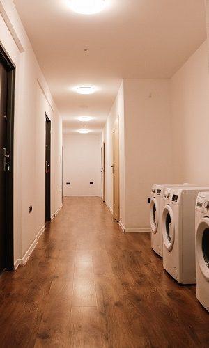 korytarz z pralkami
