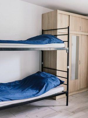 łózko piętrowe przy szafie